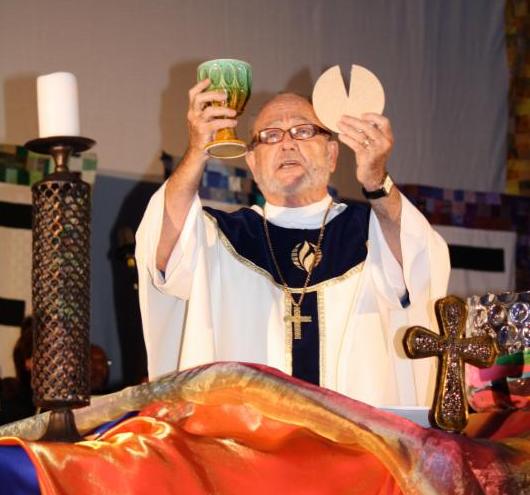 Rev. Elder Ken Martin feiert das Abendmahl bei der Weltkonferenz im Juli 2013